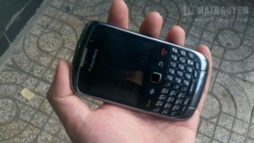 Blackberry curve 9300 leaks once again caught on camera for Housse blackberry curve 9300