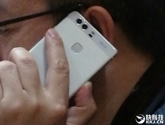 Huawei-president-plays-with-a-dual-camera-phone-that-could-possibly-be-the-Huawei-P9.jpg