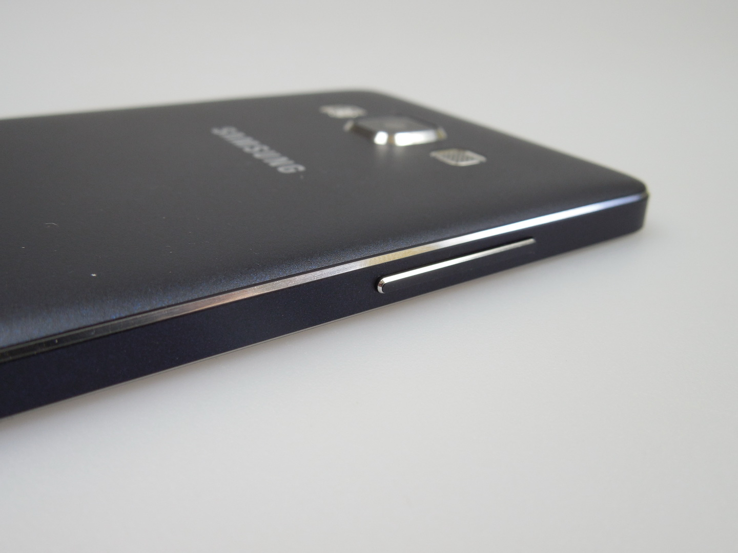 samsung galaxy a5 review slim and elegant metal design with good battery and surprisingly good. Black Bedroom Furniture Sets. Home Design Ideas