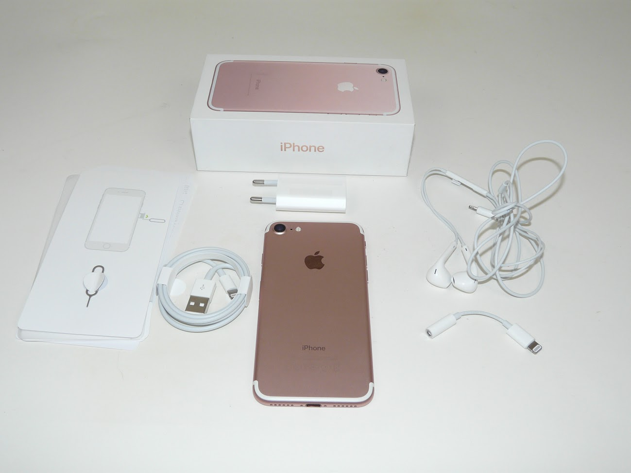 e4db71ec4be Apple iPhone 7 Unboxing (32 GB, Rose Gold): a Familiar Face Gives Up ...