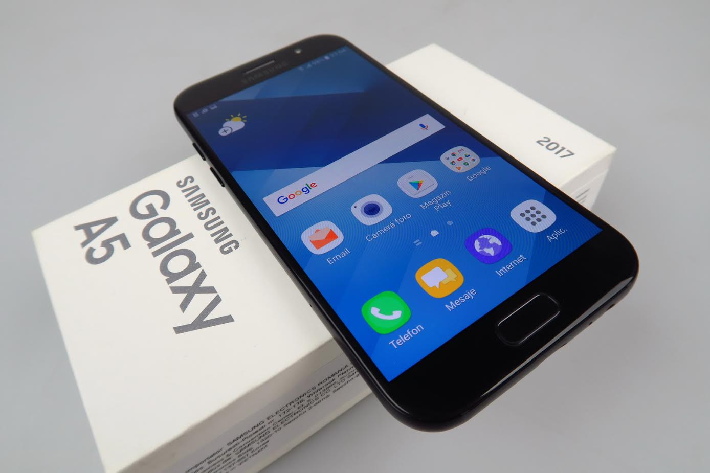 samsung galaxy a5 2017 unboxing can we just call it galaxy s7 mini already video. Black Bedroom Furniture Sets. Home Design Ideas